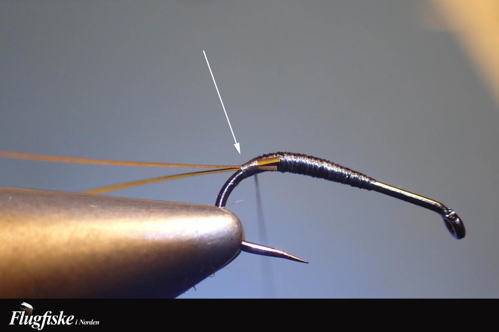 Binder in quill med en vinkel mot det håll jag ska linda det, detta för att få så lite påverkan av det sköra materialet som möjligt då jag börjar linda. Fäster med ett par lösa varv innan jag lägger press på bindtråden.