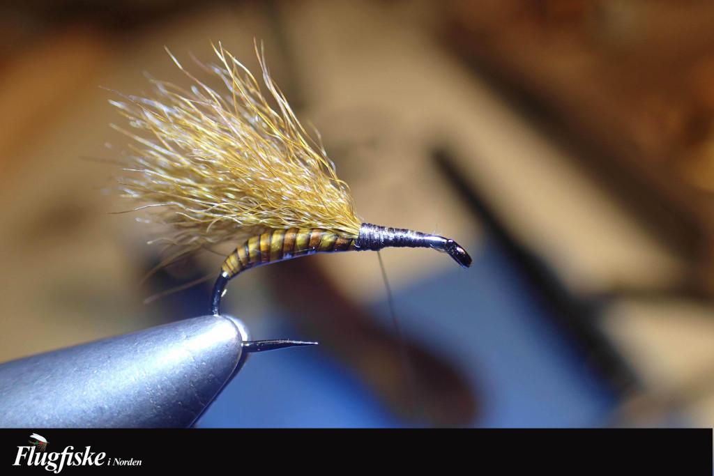 Bind in vingen på ovansidan av kroken, klipp av överskott och täck underlaget med bindtråden.