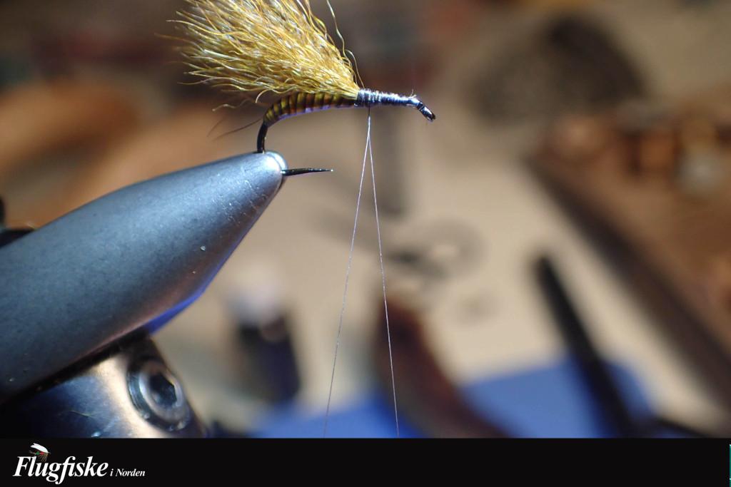 Öppna upp bindtråden med en nål.