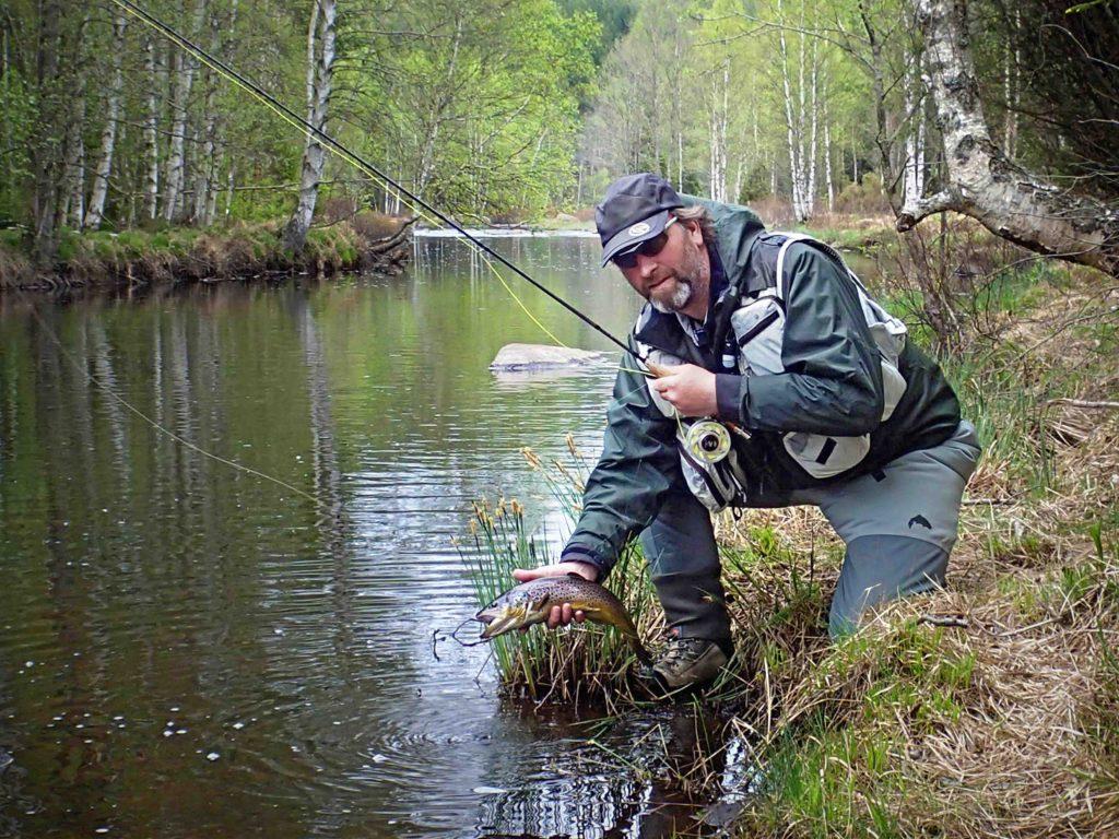 Micke visar stolt upp sin fångst Foto: Ken Persson