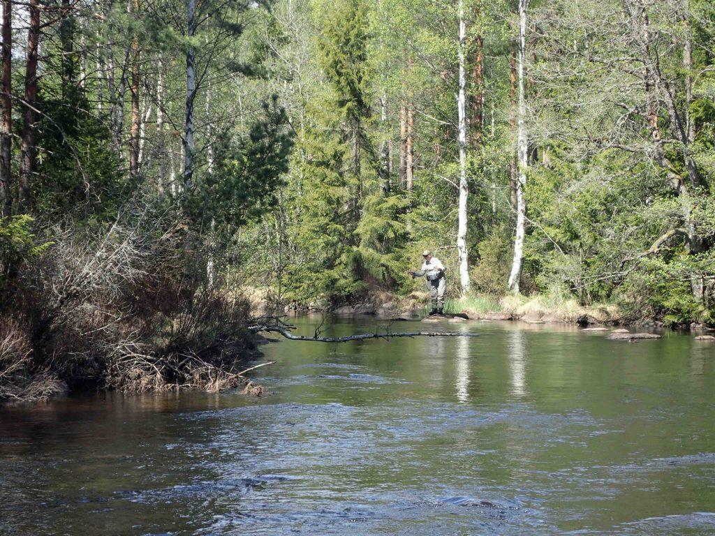 Tobias fiskar andningshålet, Foto Niklas Dahlin